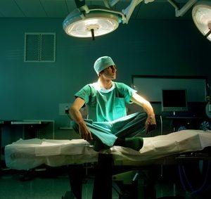 Chefarzt im Behandlungsraum