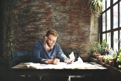Existenzgründer am Schreibtisch