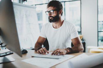 Mann mit Brille bei der Arbeit
