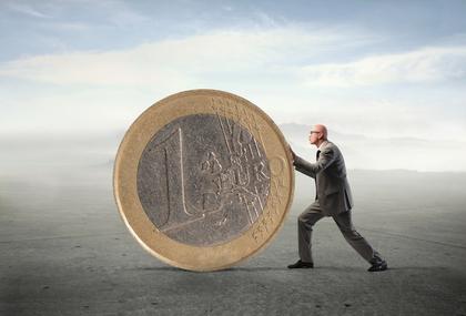 Selbständiger schiebt Euro